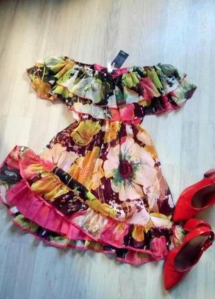 Актуальное брендовое яркое платье с пышными воланами и открытыми плечиками