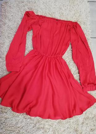 Красное атласное на резинке платье спущеные плечи рукава воланы модное короткое