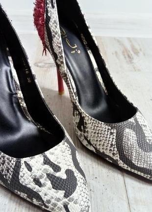 Смелые и утонченные змеиные туфельки3 фото