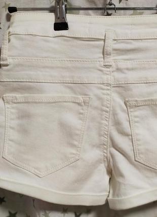 Белые джинсовые шорты с высокой посадкой