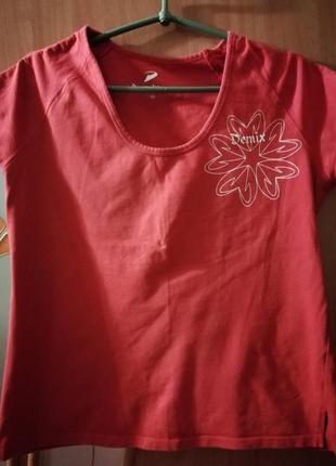 Красная спортивная футболка интересная и необычная.