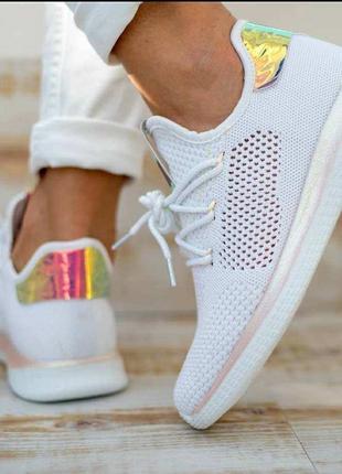 В наличии стильные кроссовки-мокасины