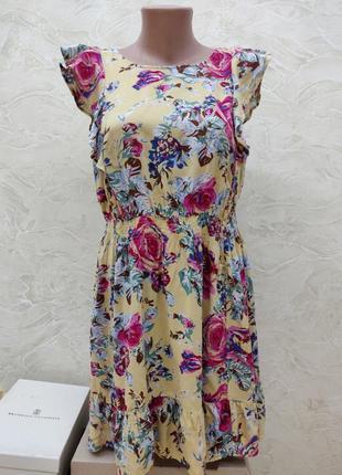 Платье в цветы с рюшами