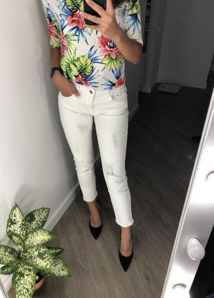 Шикарные идеальные белые джинсы брюки с потертостями укорочённые