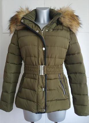 Cтильная стёганая куртка cossy&co цвета хаки с  капюшоном с отстёгивающемся мехом