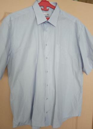 Рубашка в мелкую полоску.