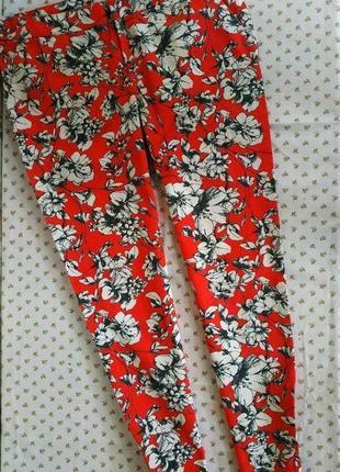 Классные,яркие штаники. красного цвета с цветочным принтом. на бирке- 6 р-р