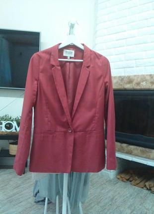 Красивый пиджак ягодного цвета