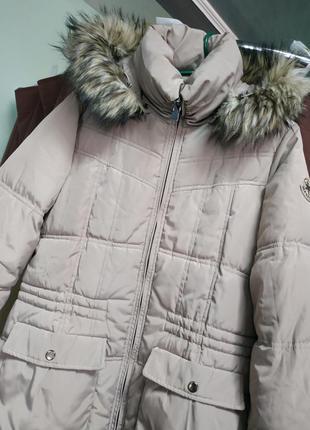 Зимний пуховик молочного цвета с пухом на капюшоне