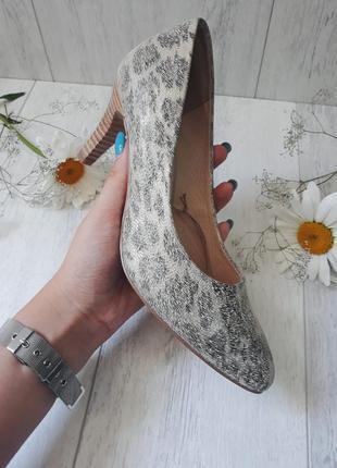 Блестящие туфли в модный принт
