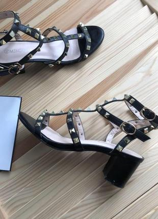 Стильные женские босоножки на маленьком каблуке с заклепками