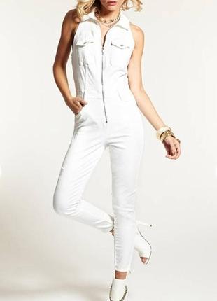 Белый джинсовый комбинезон на молнии