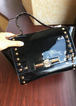 Стильная лаковая сумка