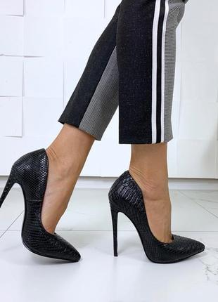 Красивые чёрные туфли на каблуке с тиснением под питона, чёрные туфли лодочкипод рептилию.