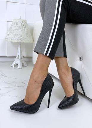 Красивые чёрные туфли на каблуке с тиснением под питона, чёрные туфли лодочкипод рептилию.3 фото