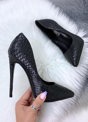 Красивые чёрные туфли на каблуке с тиснением под питона, чёрные туфли лодочкипод рептилию.5 фото