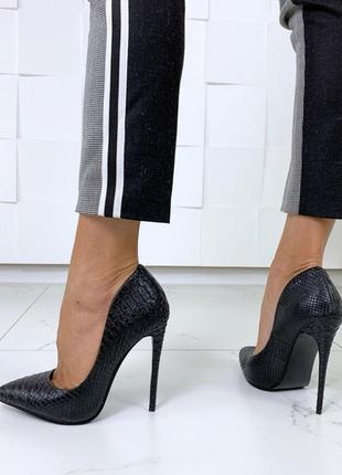 Красивые чёрные туфли на каблуке с тиснением под питона, чёрные туфли лодочкипод рептилию.8 фото