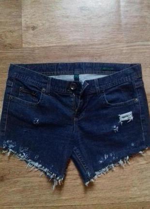 Фирменные джинсовые шорты с потертостями