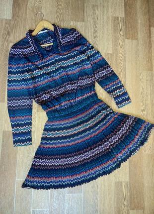 Интересное платье в абстрактный принт с юбкой плиссе