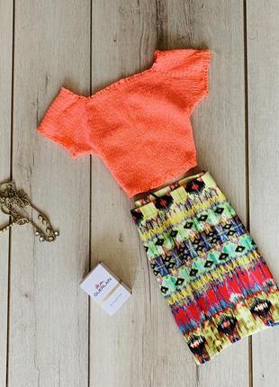 Классный костюм на лето , юбка в принт , топ с открытыми плечами