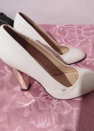 Белые классические туфли