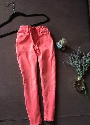 Трендовые яркие розовые джинсы m&s kids с необработанным низом (6/7 лет )