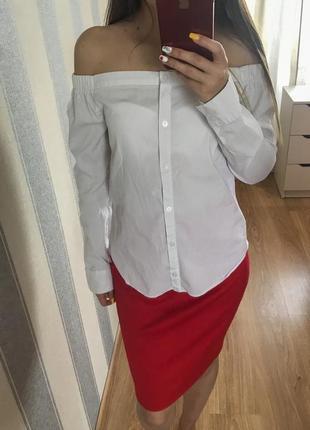 Белая рубашка на плечи