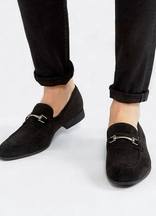 Мужские лоферы asos design wide fit loafers in black faux suede with snaffle detail1 фото