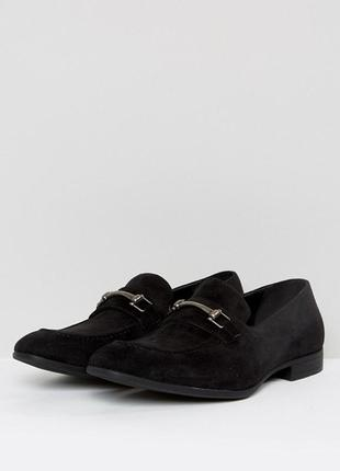 Мужские лоферы asos design wide fit loafers in black faux suede with snaffle detail2 фото