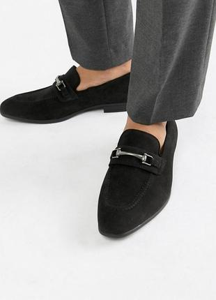 Мужские лоферы asos design wide fit loafers in black faux suede with snaffle detail3 фото