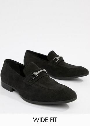 Мужские лоферы asos design wide fit loafers in black faux suede with snaffle detail4 фото