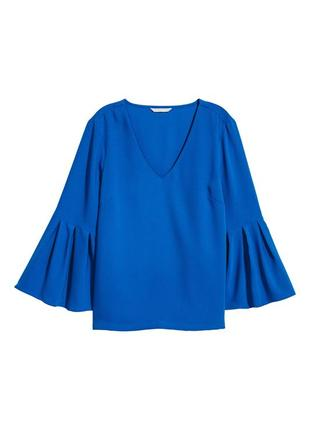 Красивая васильковая блуза с расклешенными рукавами