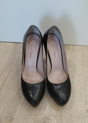 Черные туфли в стиле лабутен