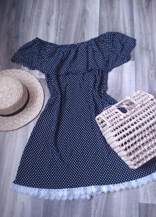 Легкое платье в горох горошек с открытыми плечами