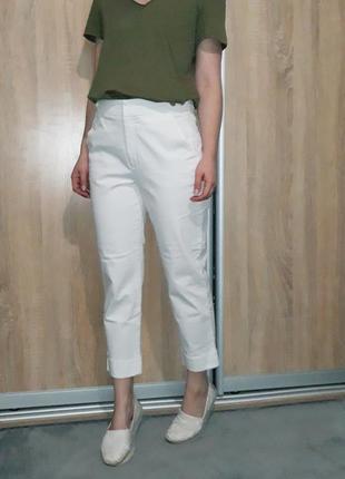 Крутые белые брюки ровного кроя с подкатами на высокой посадке zara