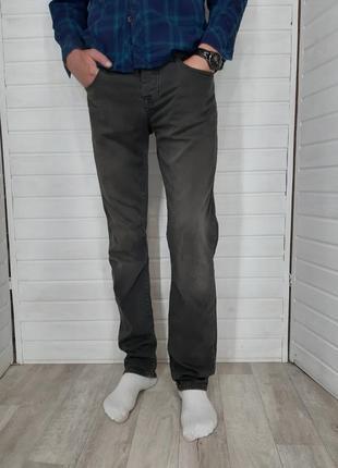 Корченые с серым оттенком джинсы colin's