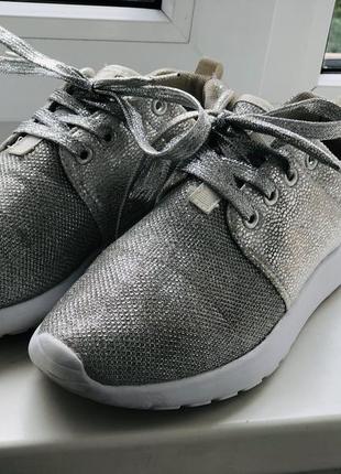 Стильные серебряные женские кроссовки-хит 2019