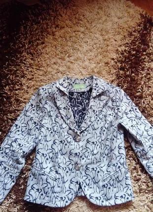 Гарненький піджак сірого кольору