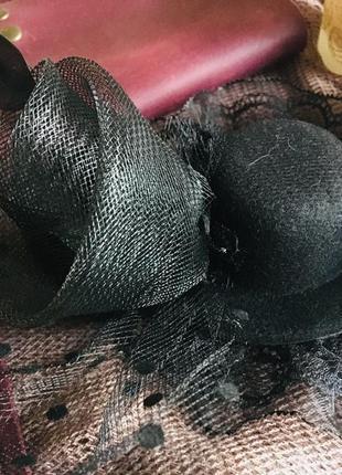 Мини шляпка на заколке зажиме с вуалью и пером