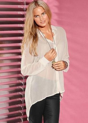 Красивая блуза с жемчужными пуговицами