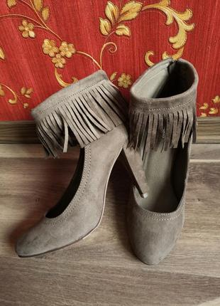 Замшевые нюдовые туфли с бахромою graceland