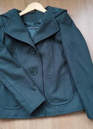 Короткое пальто с капюшоном1 фото
